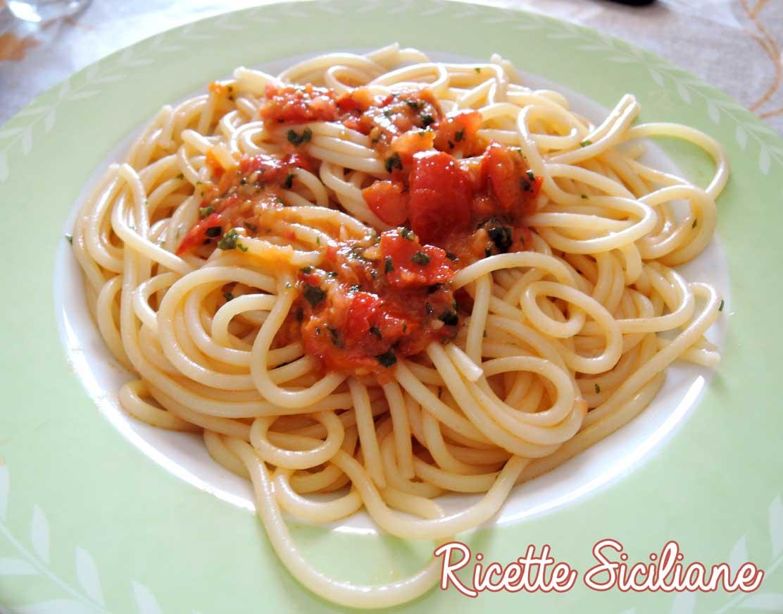 Spaghetti col pesto alla siciliana